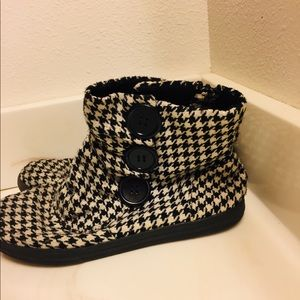 SO Women's six 6 black and white pattern boots.